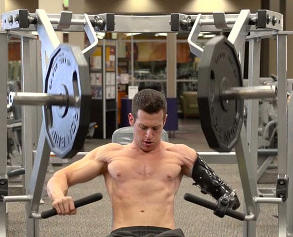 """ماك أوكون... قصة تحد وعزيمة بـ""""ذراع اصطناعية""""!"""