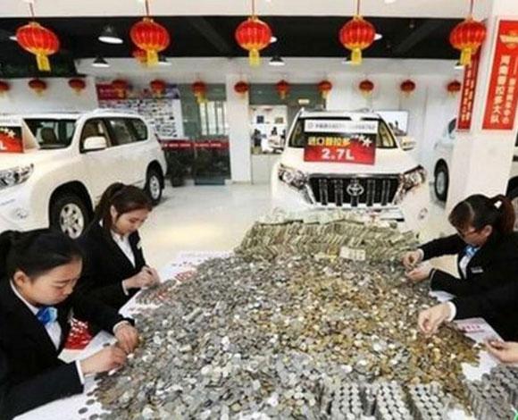 رجل صيني يشتري لنفسه سيارة SUV فاخرة جدًا مقابل أكياس ضخمة من العملات المعدنية!