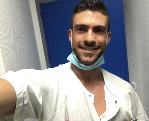 أوسم ممرض في العالم يبهر المستشفى برشاقته وابتسامته الساحرة