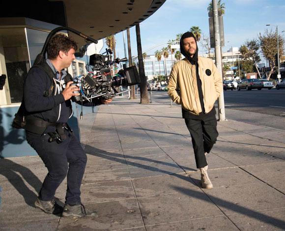 """the Weeknd"" يتحدث لرائد عن تجربته مع ملابس ""H&M"""
