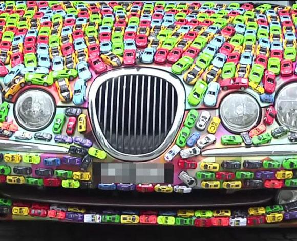 ثري ماليزي يلصق 4600 سيارة لعبة على سيارته موديل جاجوار s-type