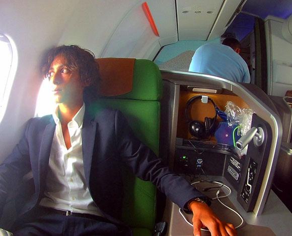 شاب في العشرين من عمره يبني مهنة ناجحة من السفر حول العالم