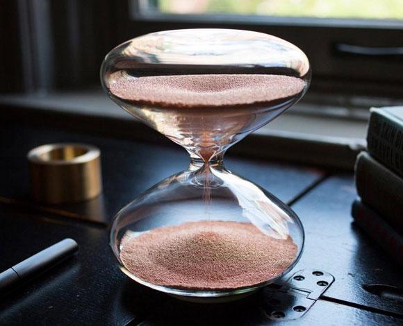 مارك نيوسون مصمم شركة أبل يصمم ساعة رملية
