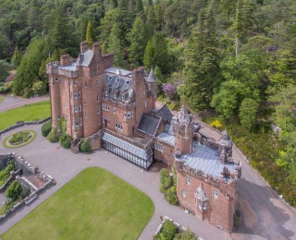 قلعة اسكتلندية تاريخية معروضة للبيع مع جزيرتين و133 فدان بهذا الثمن