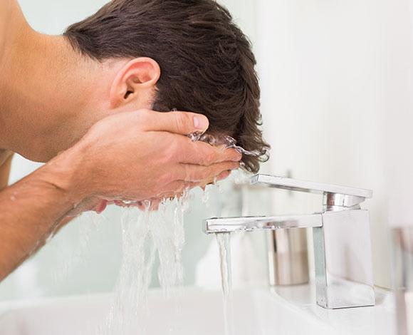 نصائح تساعد الرجال في التغلب على مشكلة جفاف البشرة