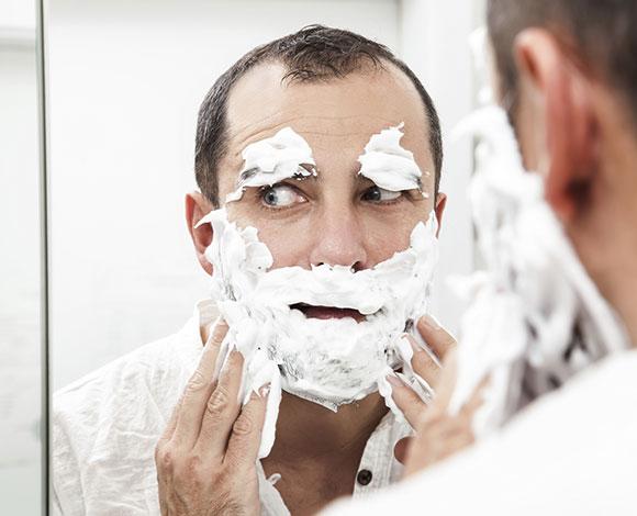 ما هي أبرز 5 أخطاء يرتكبها الرجال عند الحلاقة؟
