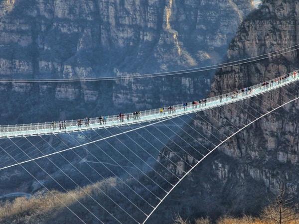 الصين تفتتح جسرا معلقا جديدا مزودا بأرضية زجاجية !