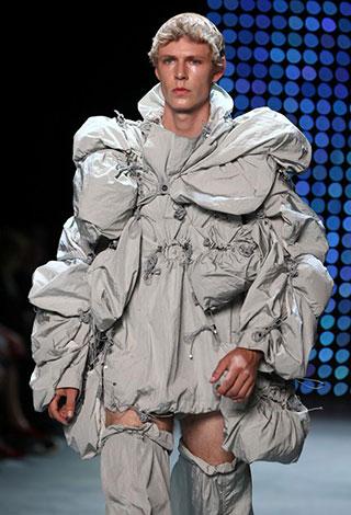 بالصور... أغرب الأزياء والتصاميم لأسبوع الموضة للرجال في لندن