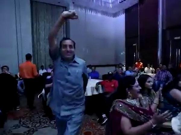 بالفيديو: وفاة رجل أعمال وهو يرقص على خشبة المسرح!