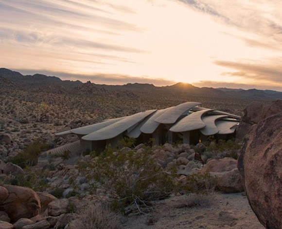 منزل صحراوي غريب من نوعه يبرز في صحراء ولاية كاليفورنيا