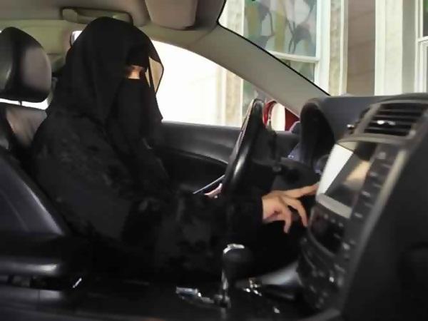 تحرير مخالفة لسعودية ظهرت في فيديو وهي تقود سيارتها
