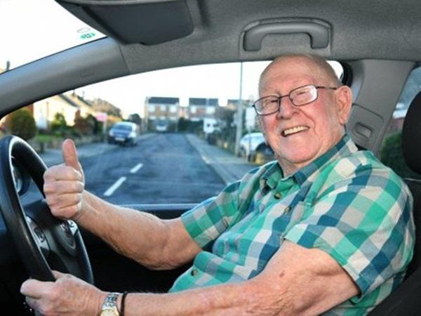 يتعلم قيادة السيارة بعدما كبر في العمر بسبب زوجته