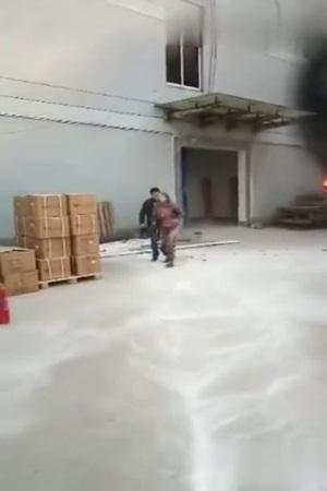 يضحي بحياته من أجل إنقاذ هاتفه .. فيديو