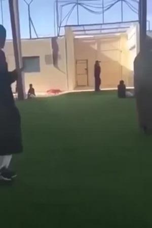 بالفيديو .. مفحط يقتحم مدرسة ويصيب الطلبة بالهلع