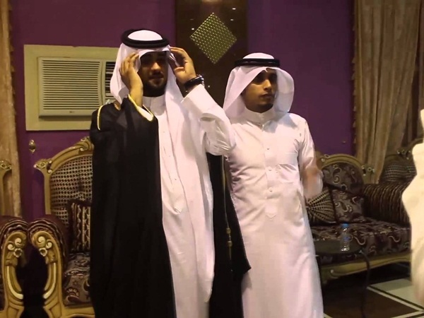 يثير الانتقادات برقصه الشرقي في حفل زفافه .. فيديو