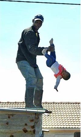 بالصور: رجل يرمي طفلته الرضيعة من فوق سطح المنزل!
