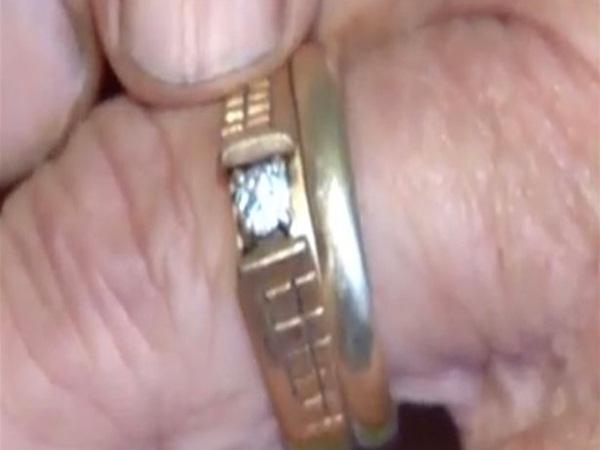 بعد 13 عاما .. يعود خاتمها إليها من أغرب مكان في العالم