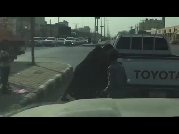 بالفيديو .. عراك بين متسولتين في إشارة للمرور