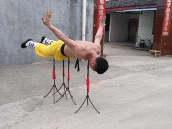 بالفيديو: رجل صيني لا يتأثر جسده بماكينات الثقب!