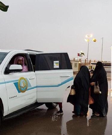 بالصور: النساء تلتف حول سيارة هيئة الأمر بالمعروف في مهرجان الجنادرية