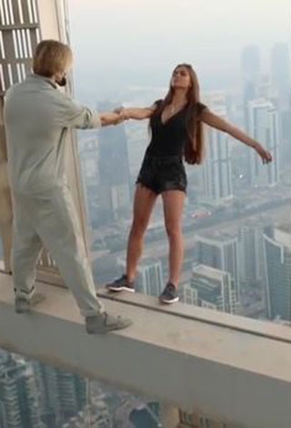 عارضة أزياء روسية تتحدى الموت في دبي ... والسبب صورة!