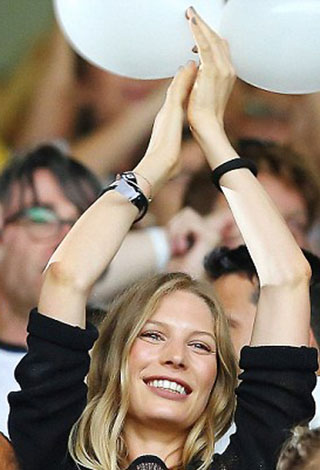 تعرف بالصور إلى نساء لاعبي ألمانيا والأرجنتين
