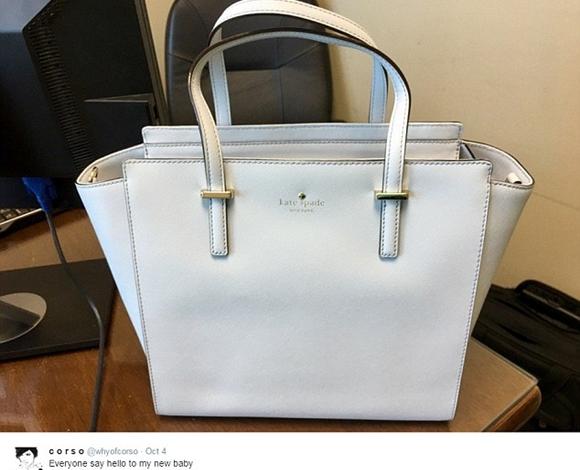 ما برأيكم لون حقيبة اليد هذه  ؟