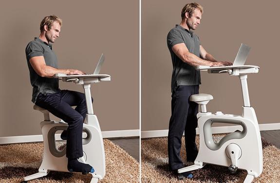مكتب يتضمن عجلة تمرينات رياضية لتعزيز النشاط البدني أثناء العمل
