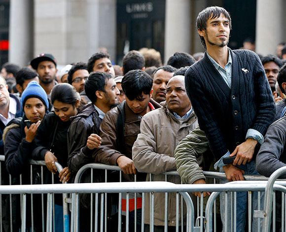 شاهد بالصور توافد الحشود للحصول على ساعة ابل الذكية