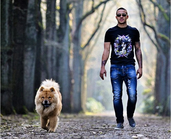 بالصور لاعبي كرة القدم وكلابهم
