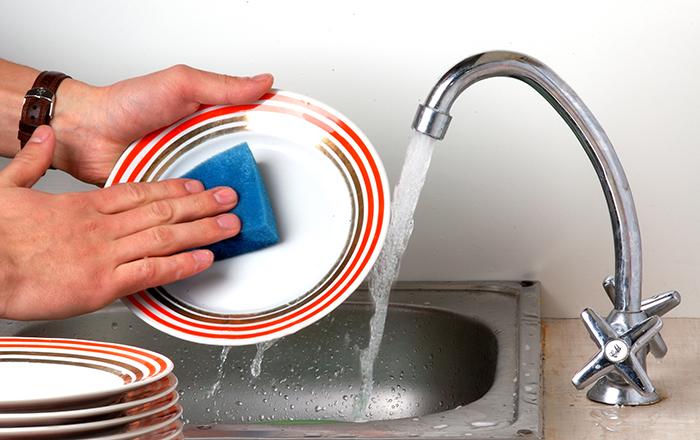 لن تصدقوا... غسل الأواني يحمي الرجال من أمراض خطيرة!