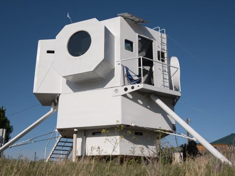 مهندس بناء يخوت ينشئ منزله الصغير على طراز مركبات الهبوط على القمر