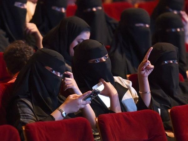 سعوديات يروين تجربتهم مع الحب من طرف واحد وبائع الكليجا الوسم يتقدم التغريدات!