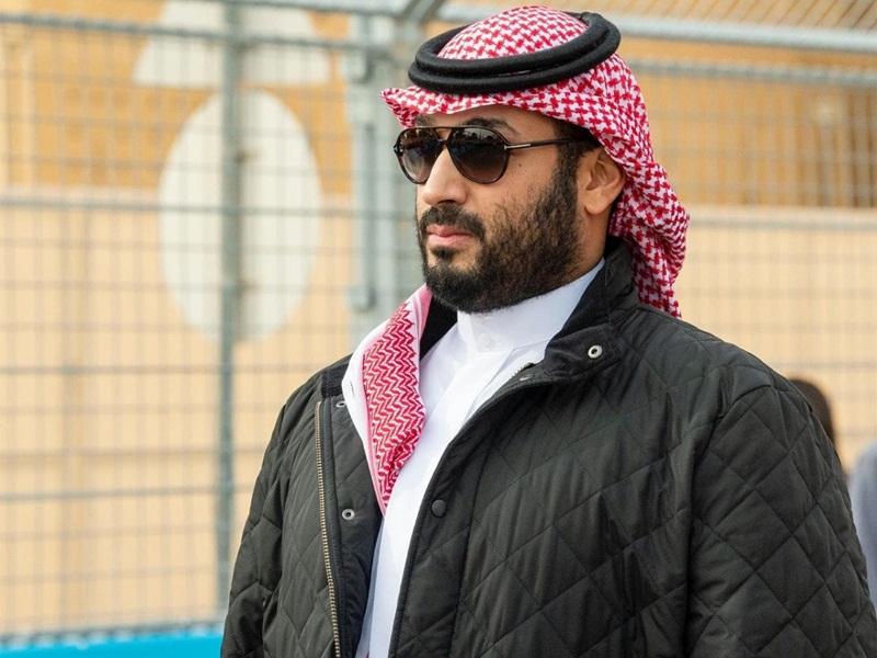 محمد بن سلمان يلفت الأنظار في الفورمولا بـ جاكيت مميز Ra2ed