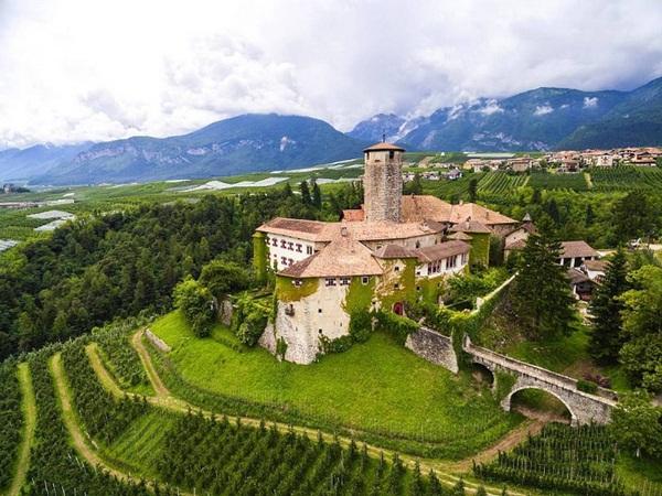 قلعة أوروبية تاريخية تبحث عن مالك جديد !