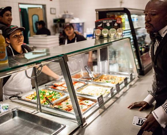 بطل الملاكمة الأميركي فلويد مايويذر الملقّب بـ Money يكره المطاعم الفاخرة