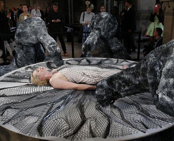 بالصور: أغرب عروض الأزياء لعام 2015