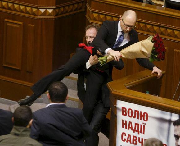 عندما يشتد القتال بين السياسيين في المجالس العمومية... ماذا يحدث بالصور؟!