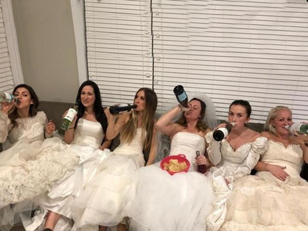 تقيم حفل طلاق بفساتين الزفاف