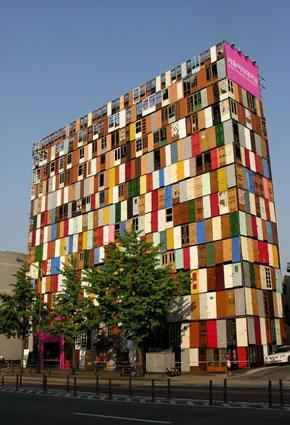 مبنى بألف باب معاد تصنيعه