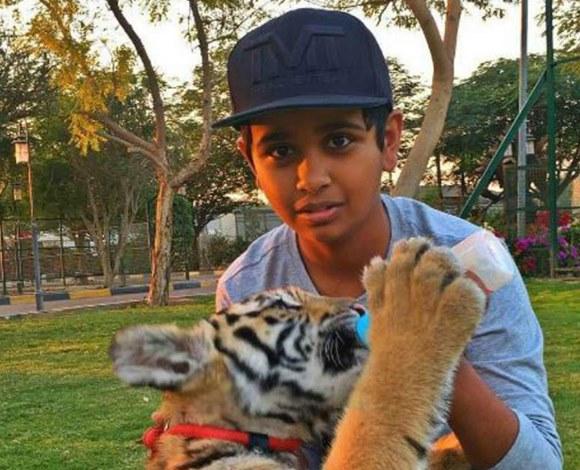 طفل دبي الغني يطلق اسمه على مخفوق حليب