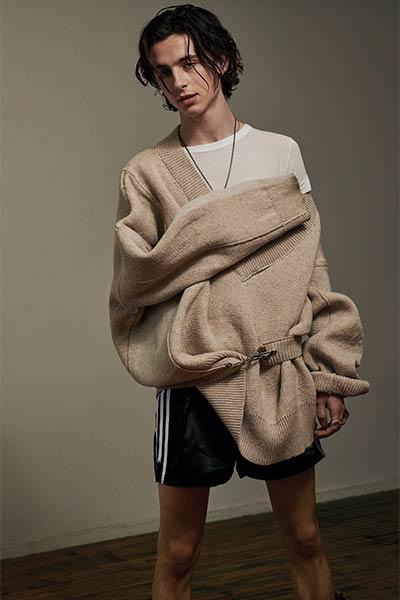 تحرر وعصرية... إليك الجيل المقبل من نجوم الموضة الرجالية