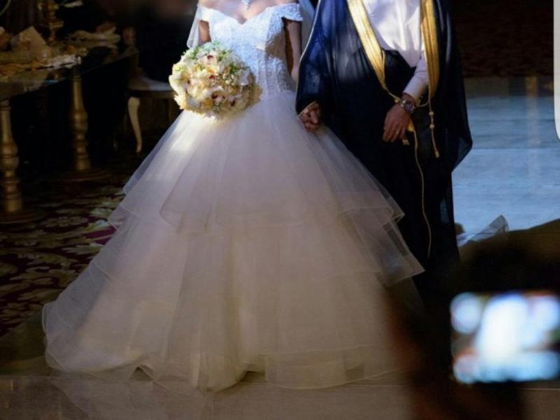 اضغط لمشاهدة الفيديو عريس خليجي يزين عروسه بكمية كبيرة من الذهب