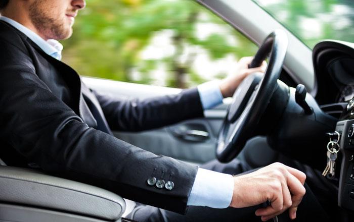 سائق سيارة يدهس طالب أثناء خروجه من المدرسة ... عن قصد!