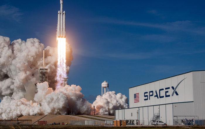 """5 حقائق سريعة لا يعلمها كثيرون عن إطلاق صاروخ """"فالكون هيفي"""""""