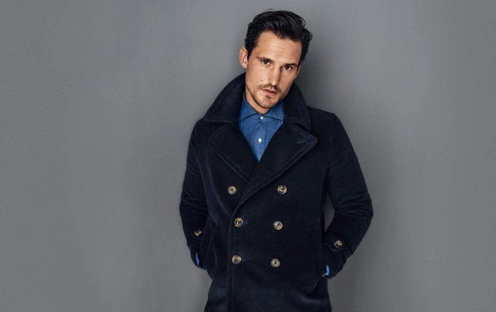 أفضل طريقة لارتداء المعطف الرجالي الواقي من المطر