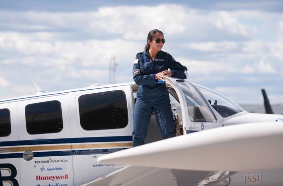 لاجئة أفغانية تصبح أصغر قائدة طائرة تطير حول العالم بمفردها