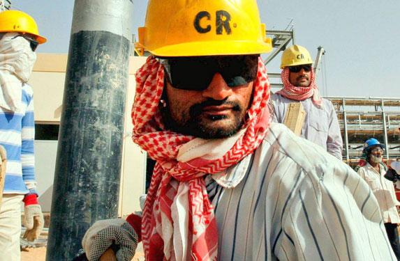آلاف الوافدين يغادرون السعودية.. ويعودون نظامياً