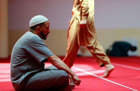 ما هي عقوبة تناول الطعام في الأماكن العامة في نهار رمضان في الإمارات؟