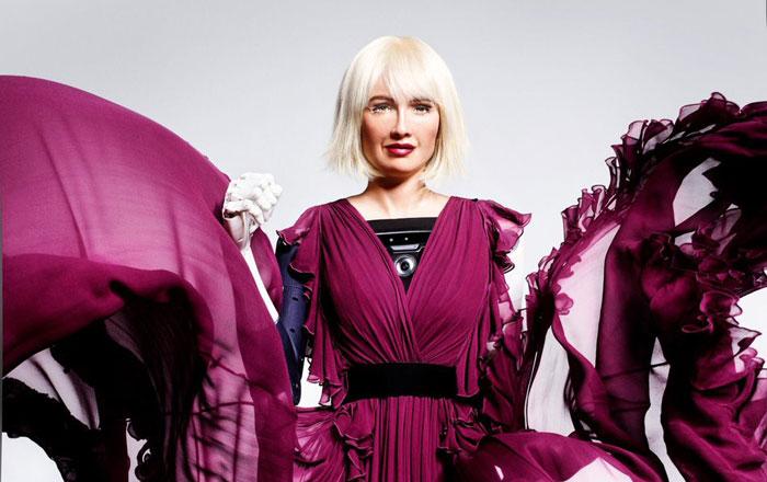 """هل يحل الآليون محل عارضي الأزياء؟ """"صوفيا"""" تظهر على غلاف مجلة أزياء"""